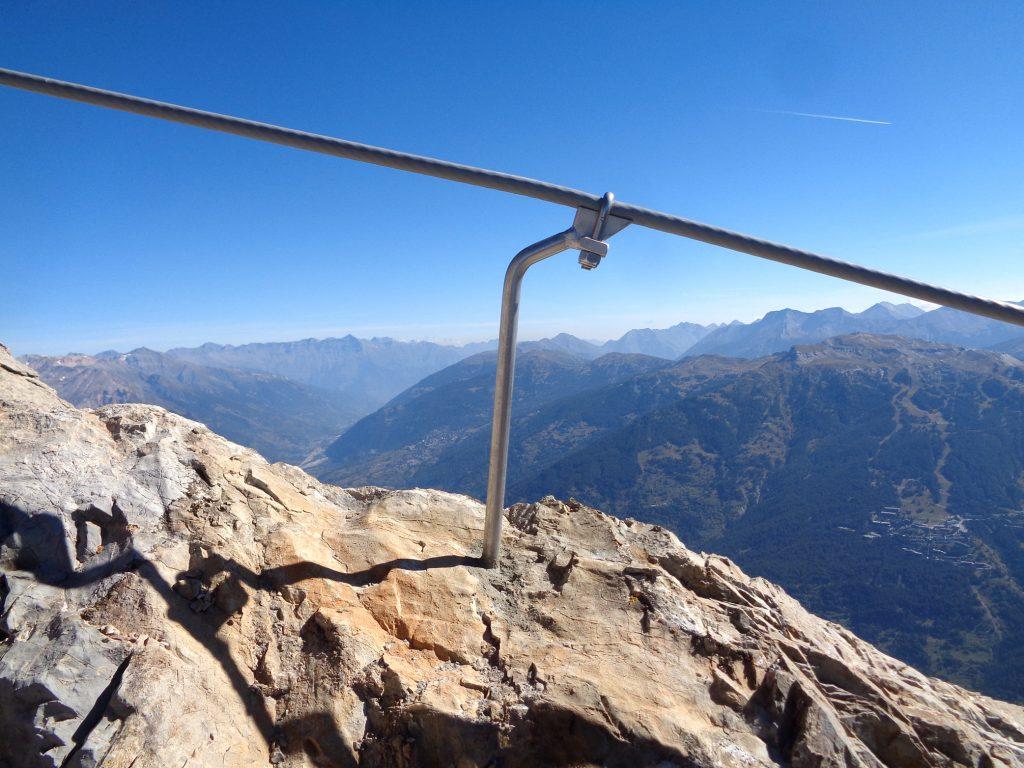 Ancoraggio verticale VE441 installato su parete inclinataRope clamp anchor VE441 installed in an inclined line